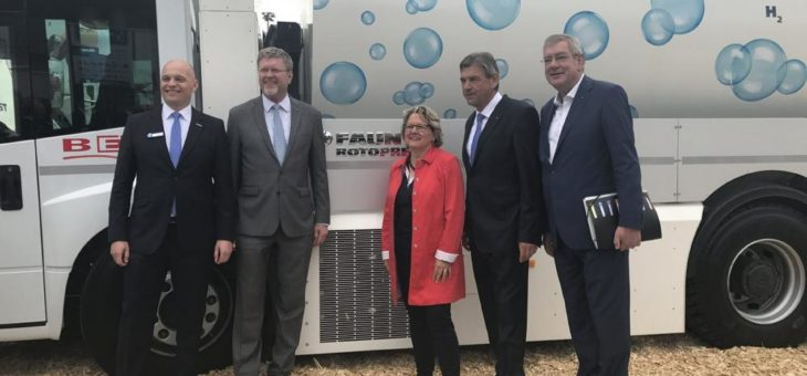 FAUN AUF DER IFAT 2018 – Bundesumweltministerin Svenja Schulze ist vom Wasserstoffbrennstoffzellen-Abfallsammelfahrzeug begeistert
