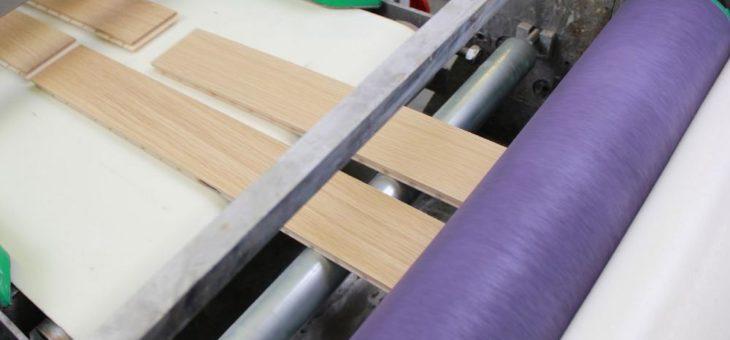 Supermatte Rohholzoptik im industriellen Walzauftrag