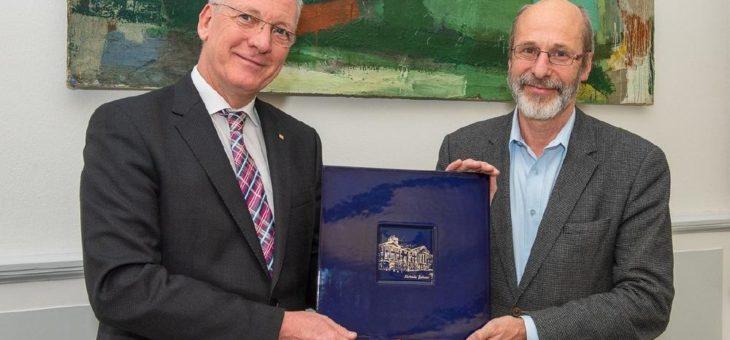 Aufsichtsratsvorsitzender Bürgermeister Klaus Stapf verabschiedet Prof. Dr. Hans-Jürgen Hennes am Städtischen Klinikum Karlsruhe