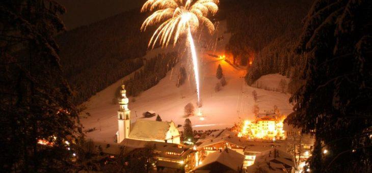 Die Wildschönau in Tirol lädt zum Neujahrfeuerwerk in die Schießhüttelarena