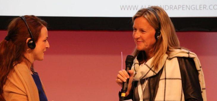 Vocal Coach Alexandra Pengler sorgt beim Brand Ex mit einem Trinkhalm für Begeisterung