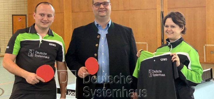 DS Deutsche Systemhaus GmbH unterstützt die Tischtennisabteilung des 1. FC Schwarzenfeld mit neuen Trikots