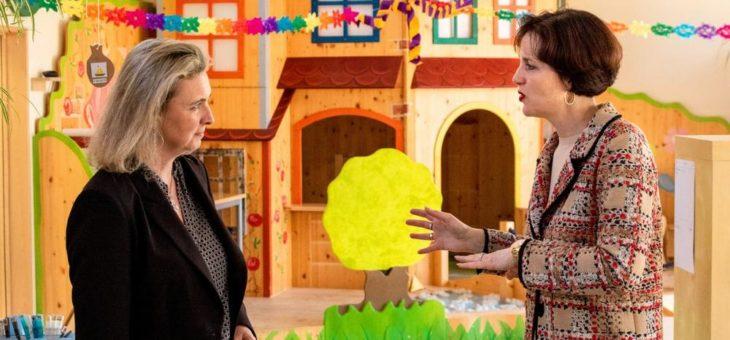 Staatsministerin Kerstin Schreyer besucht das Frieda Lang Haus für Kinder