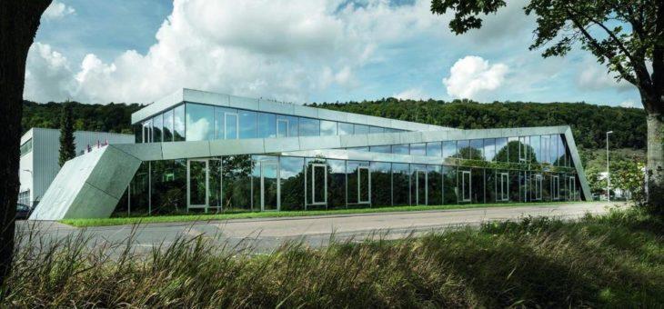 Raum für Kreativität: Entwicklungszentrum mit feuerverzinkter Fassade