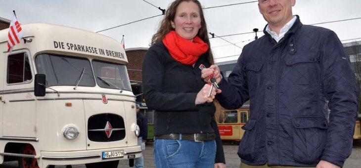 """Der historische Bus """"Filiale 49"""" der Sparkasse Bremen bekommt ein neues Zuhause beim Borgward-Club"""