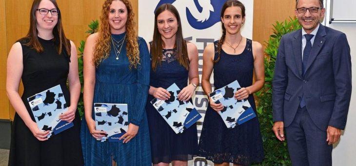 300 erfolgreiche Absolventinnen und Absolventen feiern akademischen Abschluss