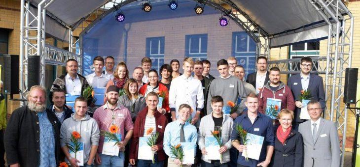 Auslandspraktikum: Auszubildende im Handwerk erhalten vom Europaminister Stefan Ludwig ihren Europass Mobilität