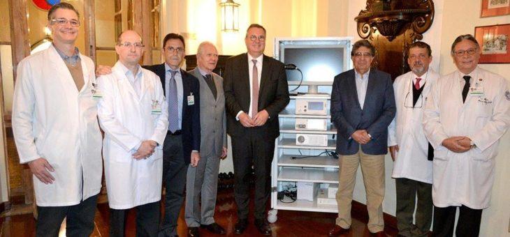 Richard Wolf und E. Tamussino erhalten eine Ehrung für die Spende an das Krankenhaus Santa Casa de Misericordia in Sao Paulo, Brasilien