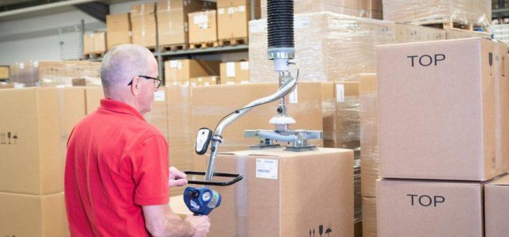 Macht das Arbeiten leichter – AERO-LIFT Schlauchheber transportiert zahntechnische Produkte bei der Renfert GmbH
