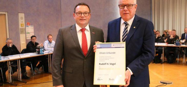 Goldene Ehrennadel der Handwerkskammer für Rudolf H. Vogel aus Heidelberg