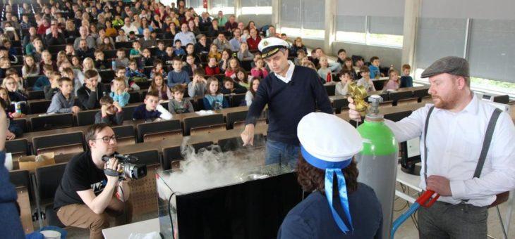 """""""Captain"""" Prof. Dr. Gerhard Schneider präsentiert Kinder-Uni zum explorhino-Jubiläum"""