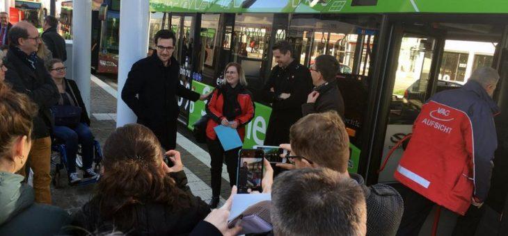 E-Bus auf Premierenfahrt auf der Buslinie 27