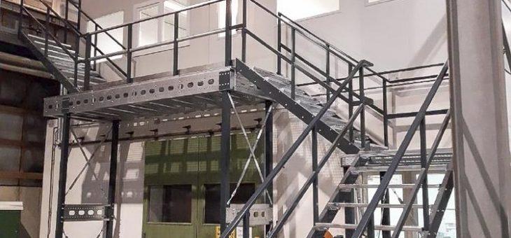 Hallenbüro mit Stahltreppen und Stahlpodesten für die Firma Wiegel in Höchstadt errichtet