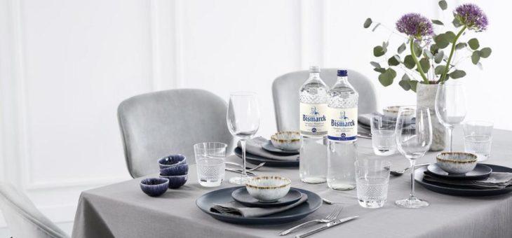 Mit individuellen Details zum stilvoll gedeckten Tisch – von Servietten mit Monogram bis zur Wasserflasche in edlem Glasdesign