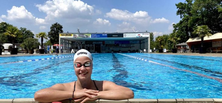 Spitzen-Schwimmsport startet im Sonnenbad