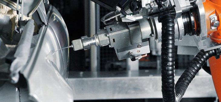 Abdichten und Dämmen mit KUKA – Vollautomatisierte Anlage bei Audi