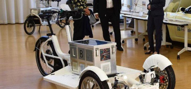 Klimafreundliche Mobilität: Karin Müller, Bündnis 90/ Die Grünen, informiert sich über aktuelle Forschungen an Lastenfahrrädern im Fraunhofer LBF