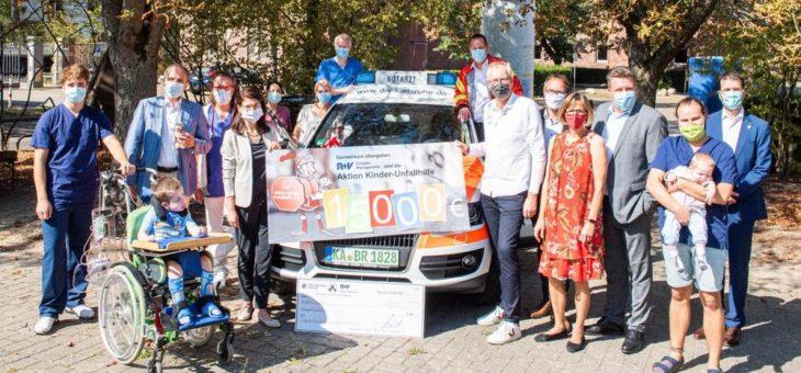 Finanziert aus Blechschäden: Kindernotarztwagen des DRK Karlsruhe erhält Spende der R+V