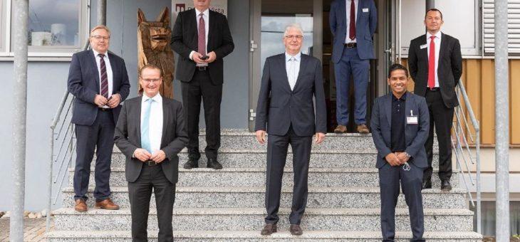Dr. Thushira Weerawarna und Bundestagsabgeordneter Gunther Krichbaum zu Besuch bei Richard Wolf
