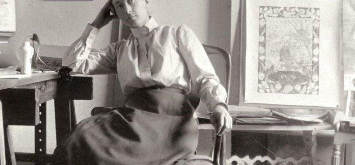 Julia Voss mit ihrem Buch zur Malerin Hilma af Klint am Donnerstag in der Staatsgalerie