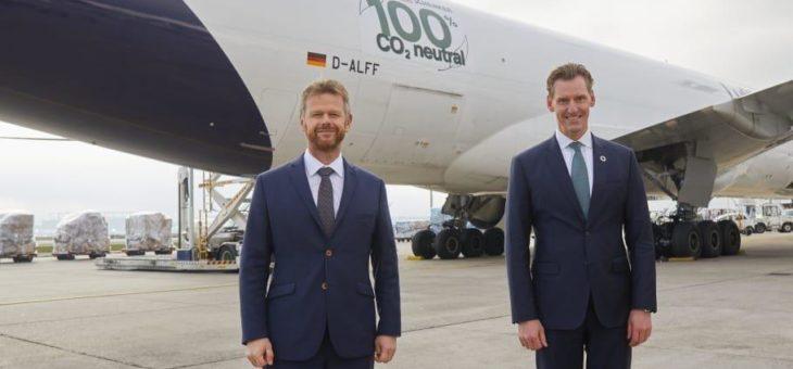 Gemeinsam für Klimaschutz: Lufthansa Cargo und DB Schenker starten die ersten CO2-neutralen Frachtflüge