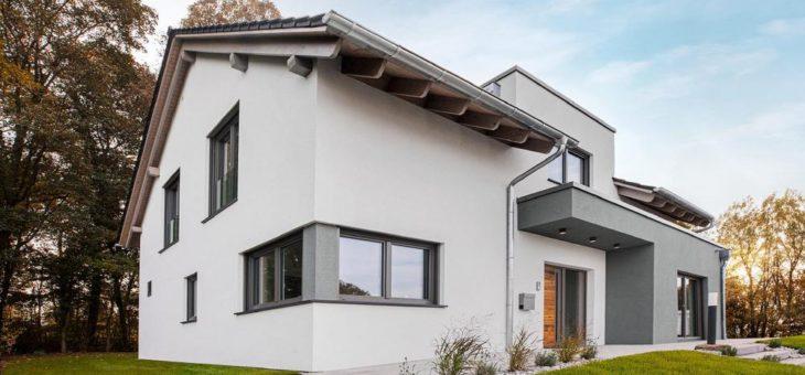 """Hausbau im """"natürlichen"""" Wandel:  Fingerhut Haus definiert Fertighaus-Trends 2021"""
